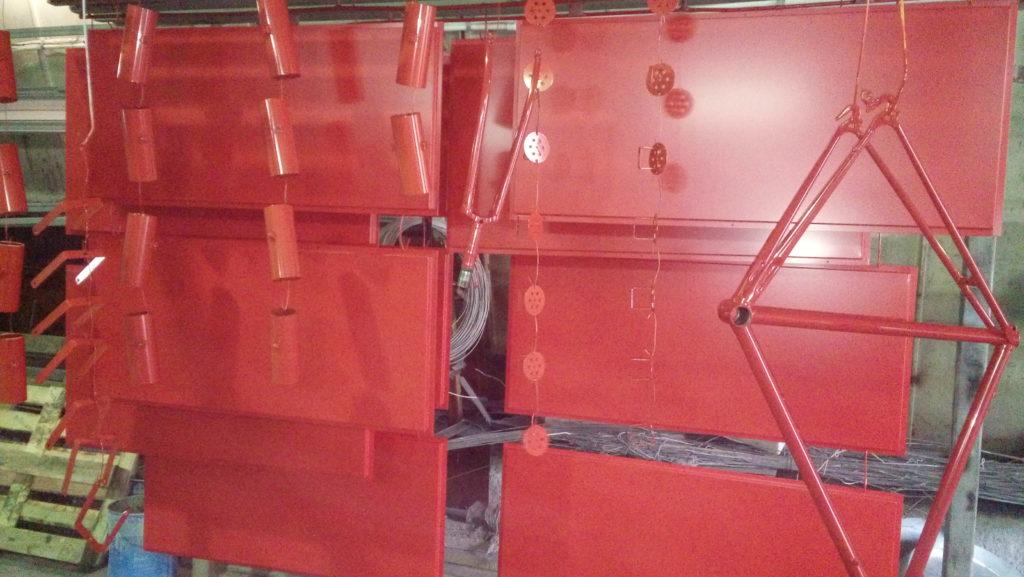 Порошковая окраска домовых панелей, рамы велосипеда и светильников